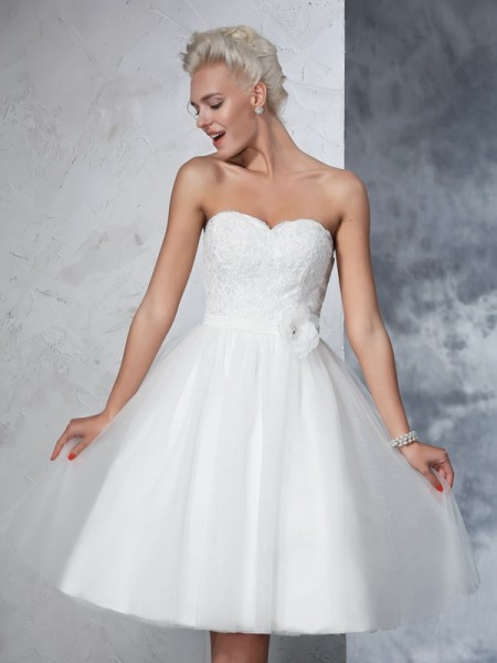 A-Line/Princess Hand-made Flower Knee-Length Sweetheart Sleeveless Net Wedding Dresses