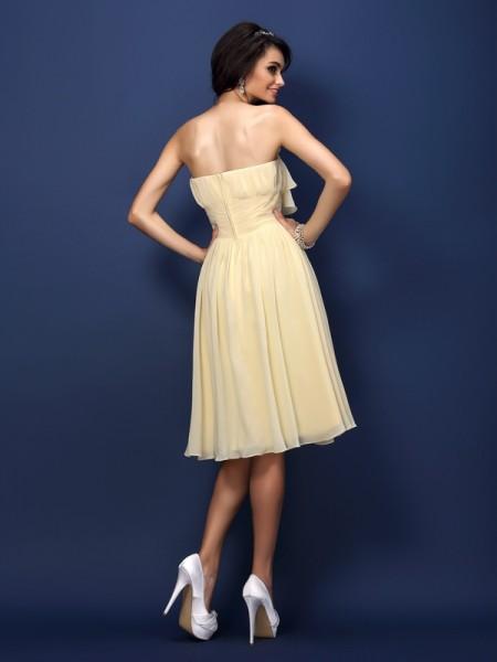 A-Line/Princess Sleeveless Pleats Hand-Made Flower Knee-Length Strapless Chiffon Bridesmaid Dresses